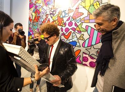 Romero Britto firma un'opera