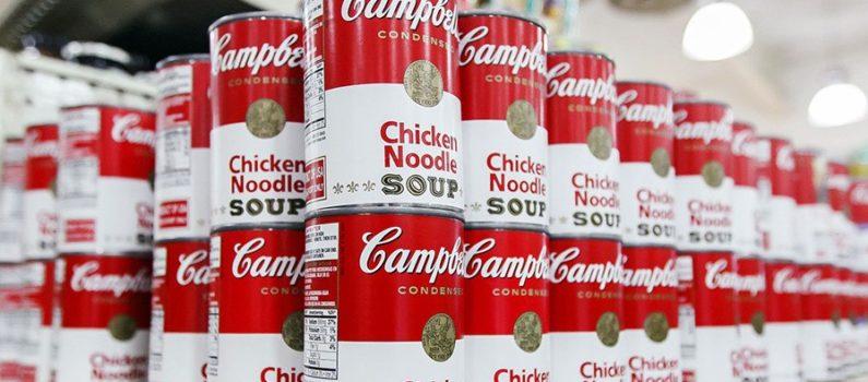 Le lattina Campbell sugli scaffali del supermercato.